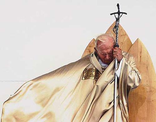 A veneração aos santos e os dogmas marianos são dois dos principais pontos que distinguem os católicos romanos dos demais cristãos, especialmente os protestantes ou autoditos evangélicos