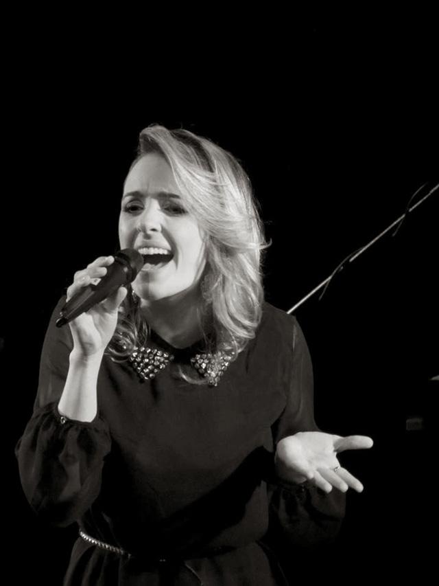 Tiane Tambara, Versatilidade e Talento na Arte de Cantar