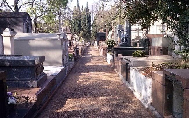 No Cemitério 17
