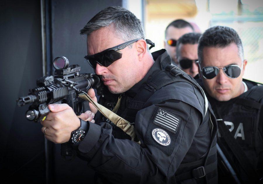 A polícia civil é responsável por investigar crimes e contravenções, além de reunir provas sobre as circunstâncias da infração e seu autor, exceto crimes e contravenções de natureza militar