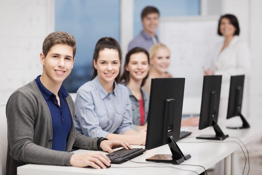 A contratação doestagiário, por vezes, é a alternativa da empresa como aquisição de mão de obra barata e que, com treinamento adequado, pode trazer a qualidade esperada